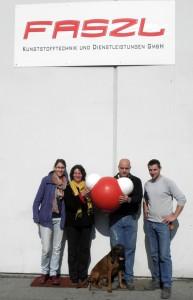 """Johanna Eisank, Angelika Riegler, Alfred Faszl und Sohn bei der Übergabe von """"Aqualina"""" (März 2012)"""