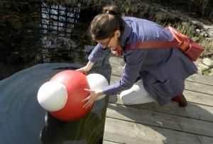 """Johanna beim Stapellauf von """"Aqualina"""" am Teich"""
