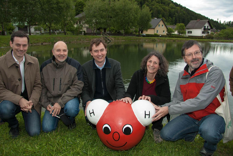 """Von links: BR Mag. Ernst Gödl, Prof. Wolfgang Fischer, Bürgermeister Markus Windisch, Angelika Riegler, Prof. G.K. Lieb mit """"Aqualina"""" am Pastnerteich (Foto: Michi Lagger)"""
