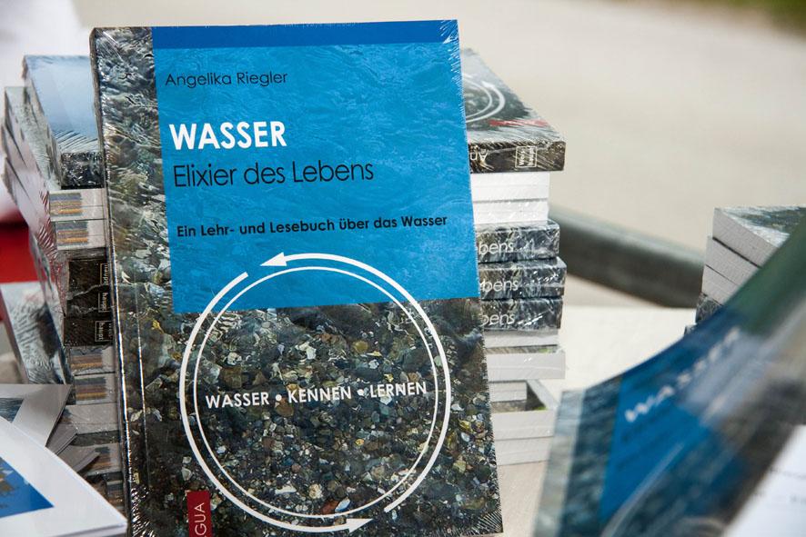 """Das Buch """"Wasser - Elixier des Lebens"""", Autorin: Angelika Riegler"""