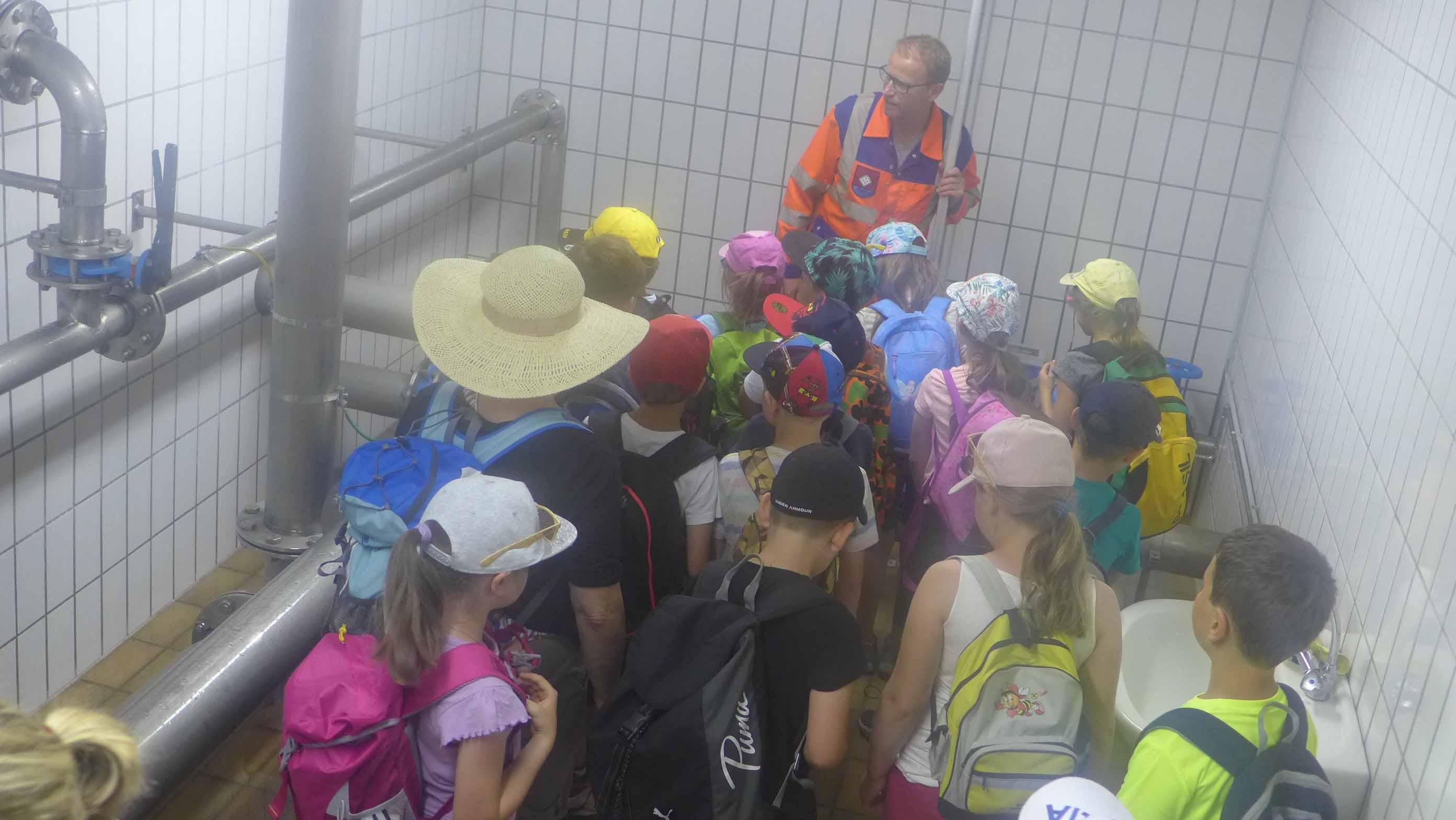 Herr Benedikt von der Marktgemeinde Übelbach erklärt, wie das Trinkwasser in den Hochbehälter und in die Haushalte gelangt!