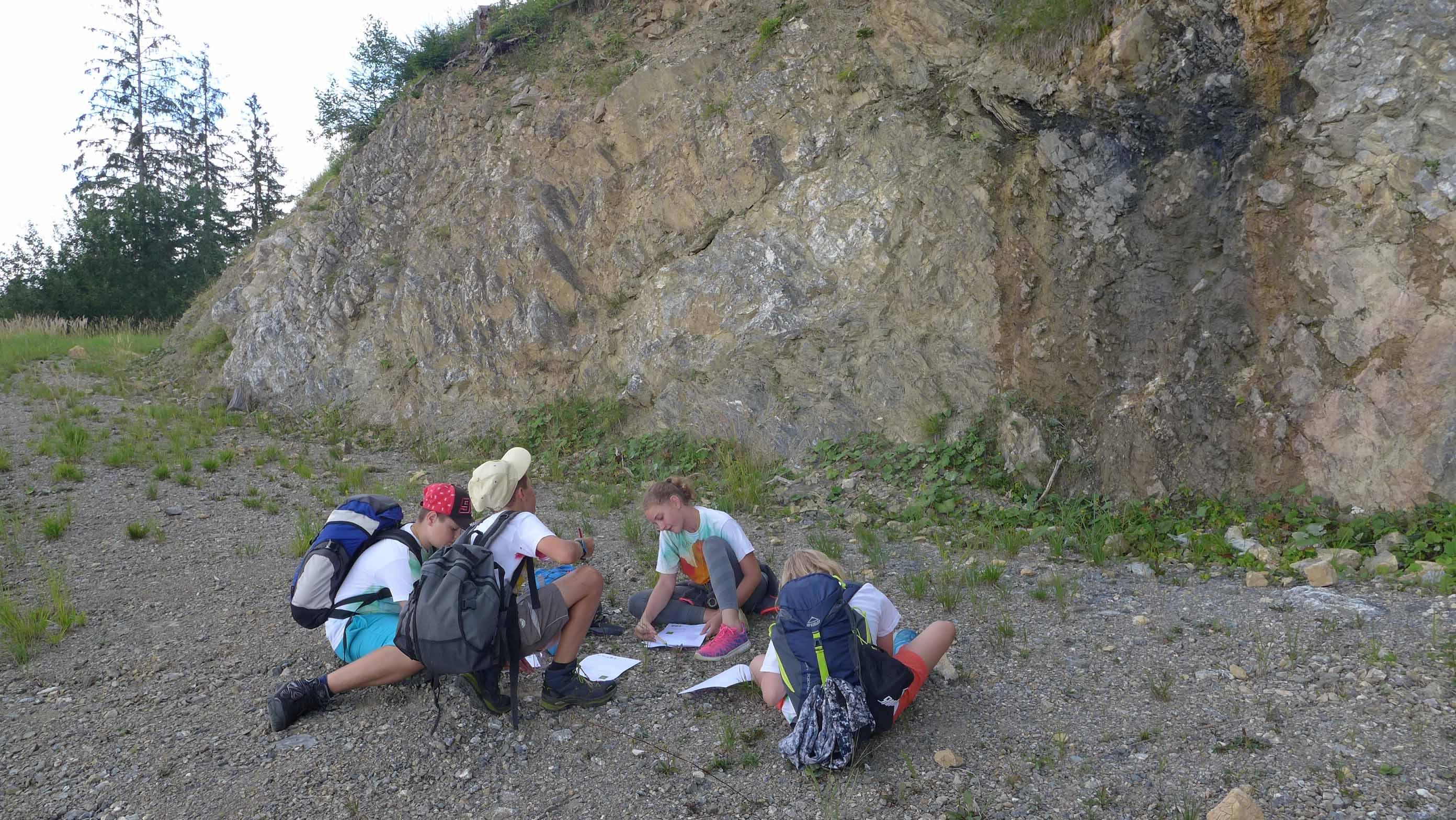 ... und sie sind konzentriert bei der Aufgabe, sich den geologischen Aufschluss genau anzusehen und zu zeichnen!