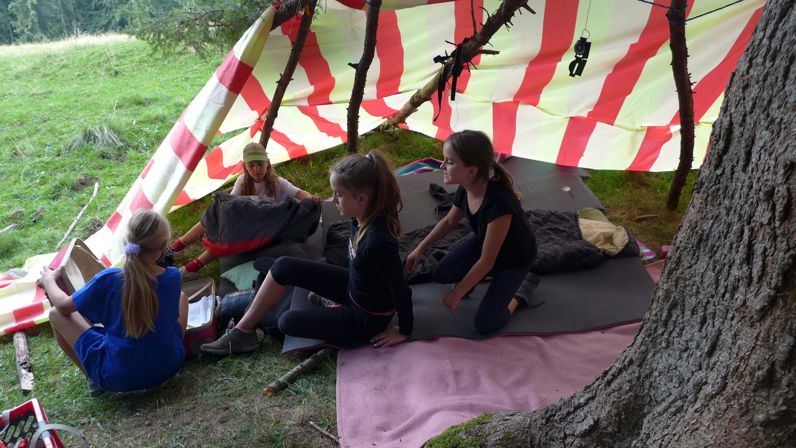 Leonie, Hannah, Lilia und Zoe bei der Vorbereitung ihrer Schlafplätze ...
