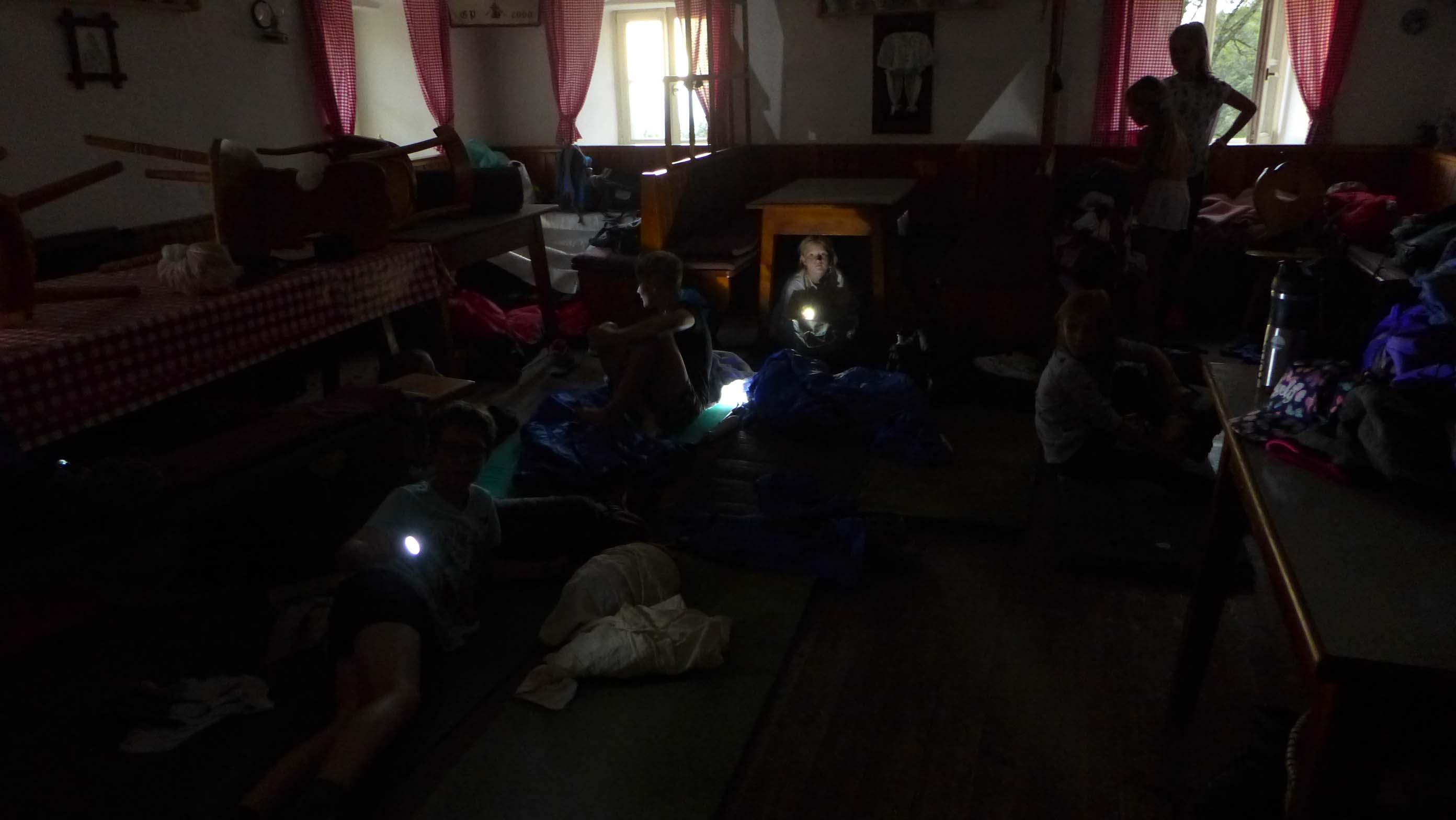 ... aber das Schlafen unter Tischen und Bänken in der Gaststube und im Trockenen war auch seeehr lustig - währenddessen es draußen pritschelte, blitzte und donnerte!