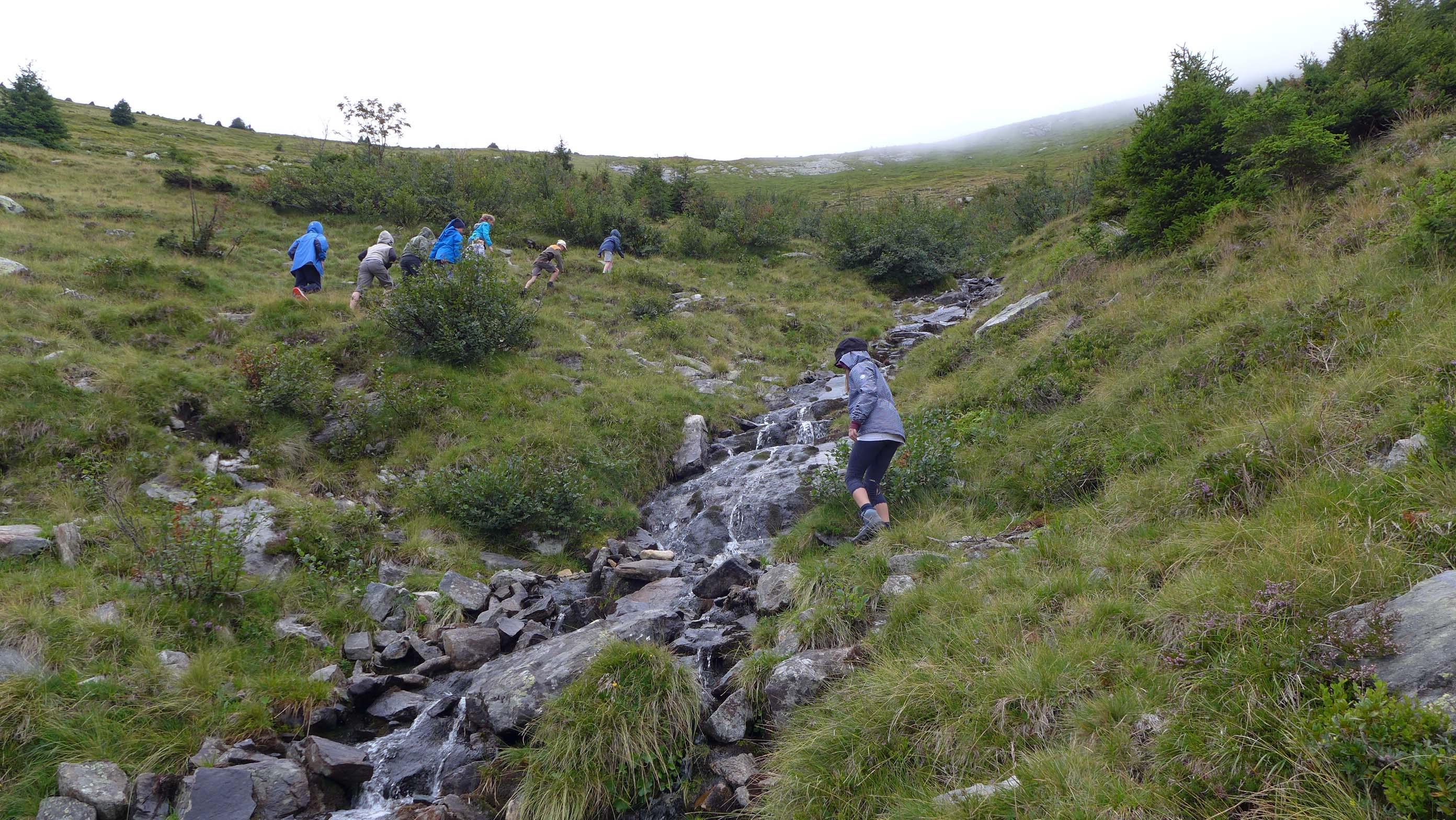 Der steile Weg hinauf entlang des Baches ...