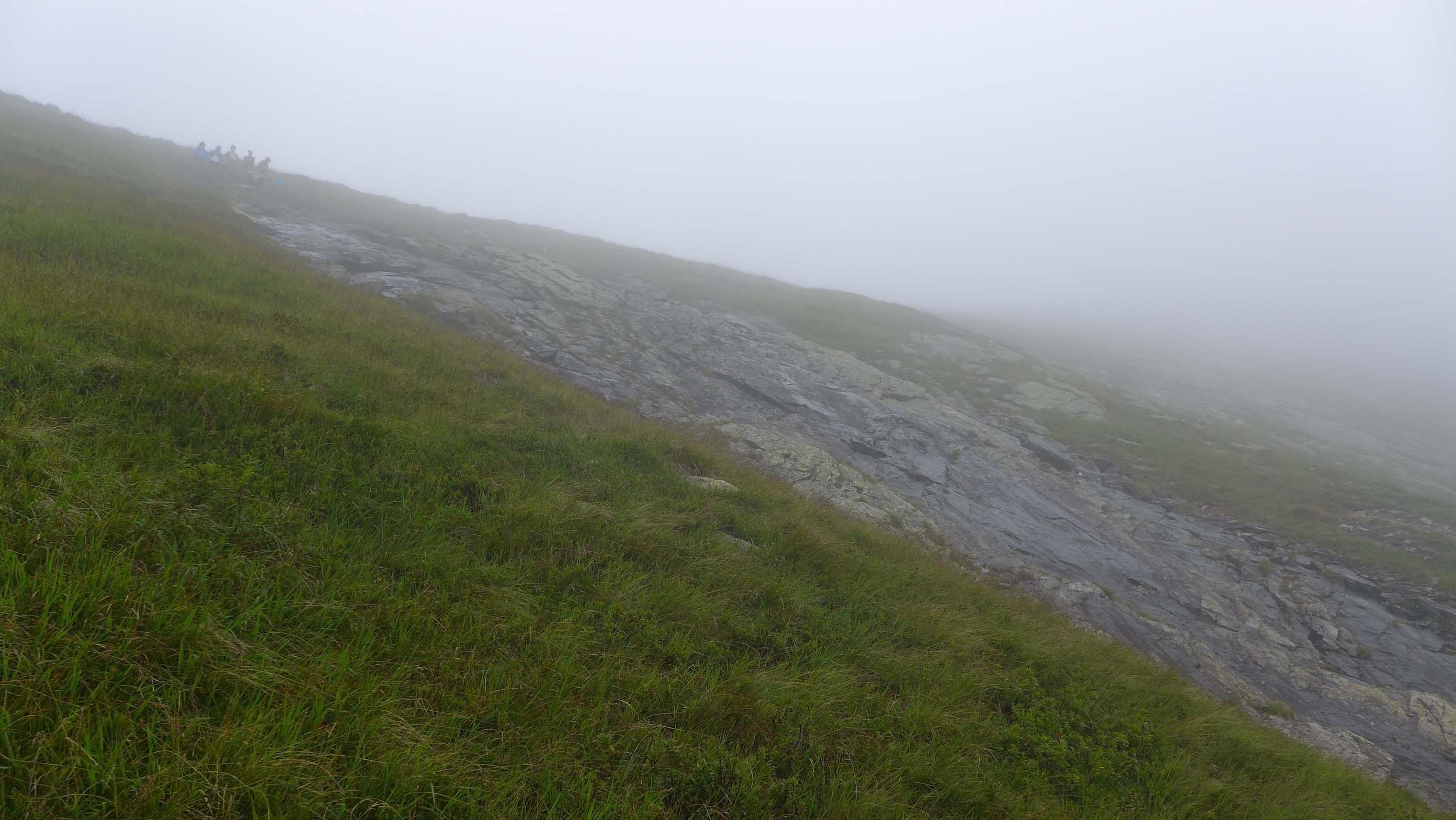 Die ersten der Kinder sind schon oben angelangt, im Nebel, im Nieselregen ...
