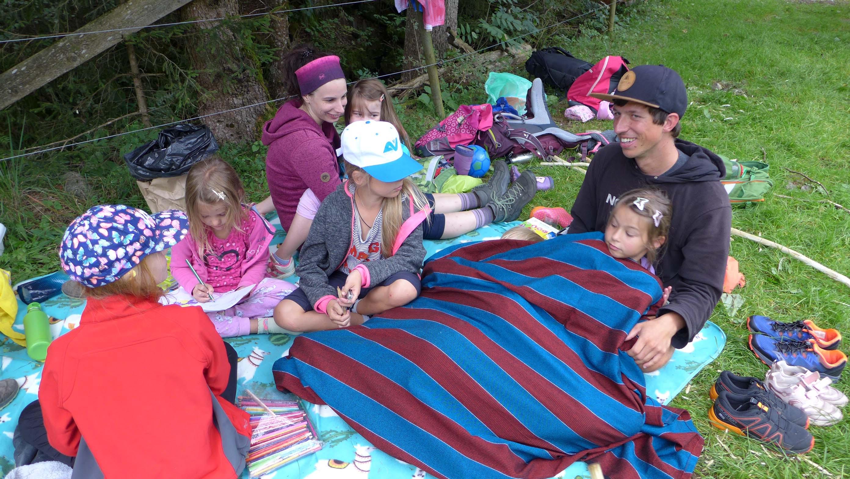 Beim Schranken Hoyer trafen wir auf die Gruppe der jüngeren Kinder - sie machten es sich gerade gemütlich ...
