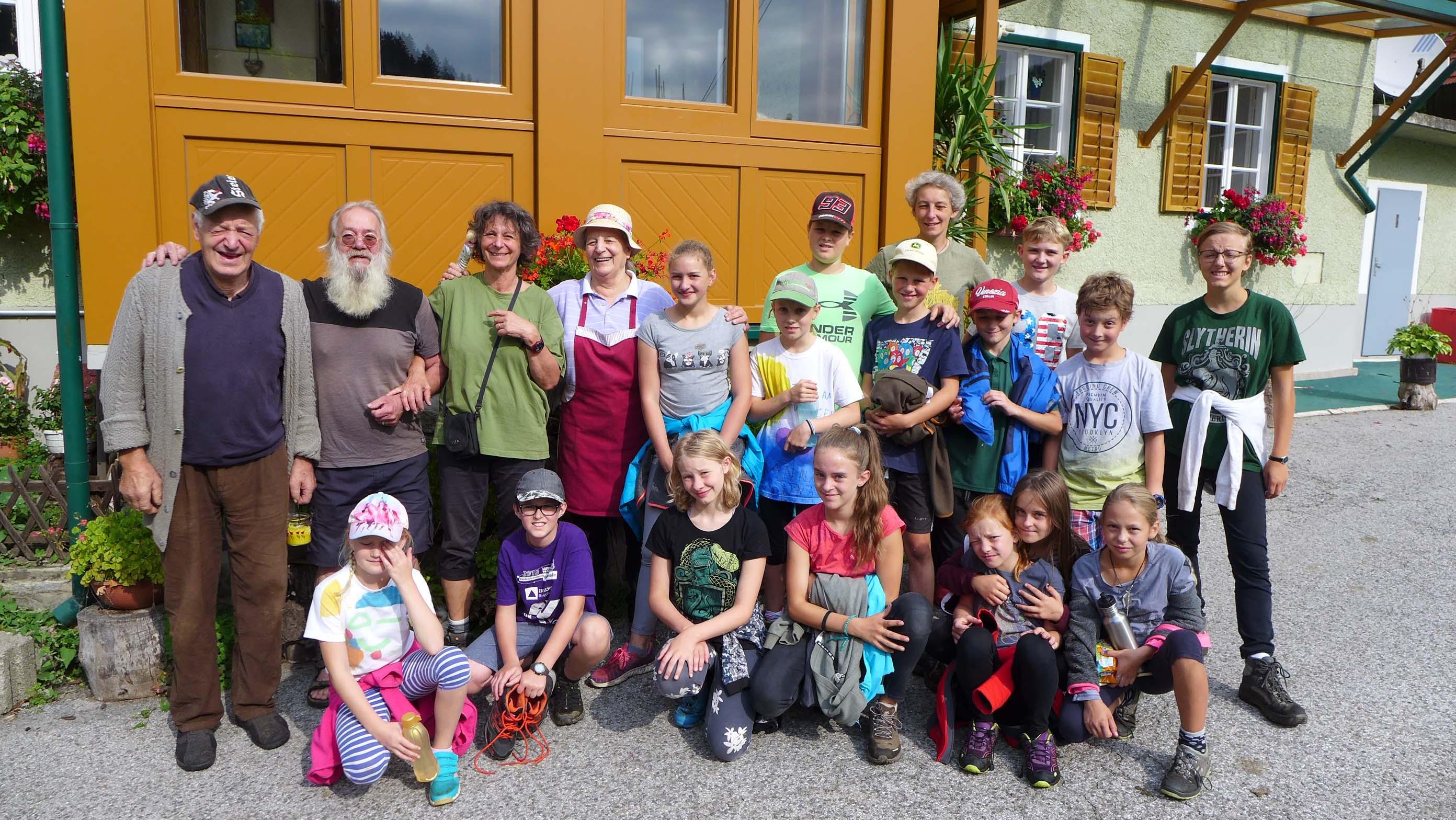 Abschiedsfoto der Kinder von Sepp Preiss (1. links) und Gretl Preiss (4. von links), dazwischen Pauli und Angelika Riegler von AGUAStud. Außen rechts Lea Feuerstein (AGUAStud) und dritte von rechts hinten, Fr. Dr. Ismene Fertschai (Uni Graz)