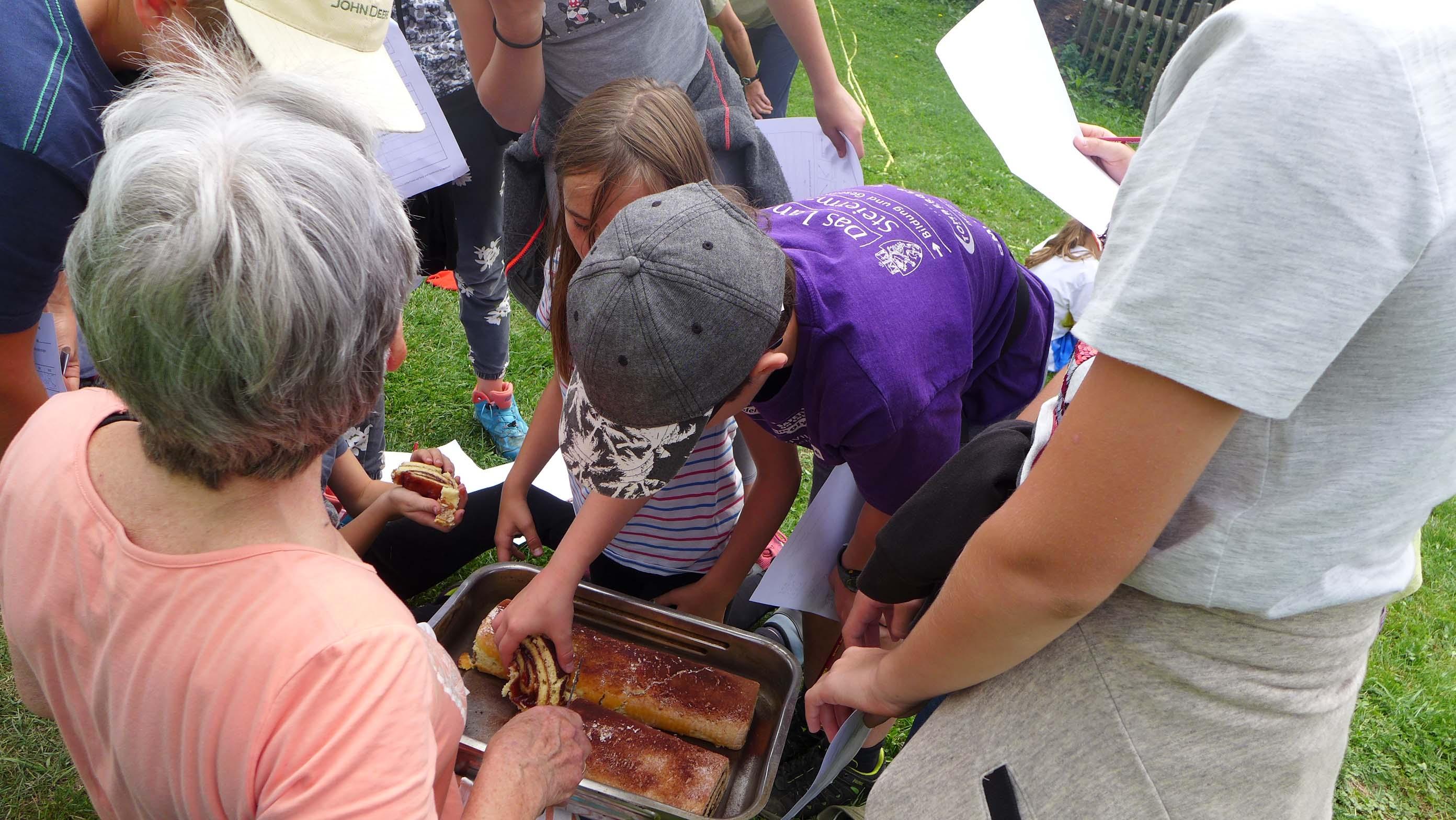 ... und verwöhnt die Kinder mit selbst gebackenem Kuchen ...
