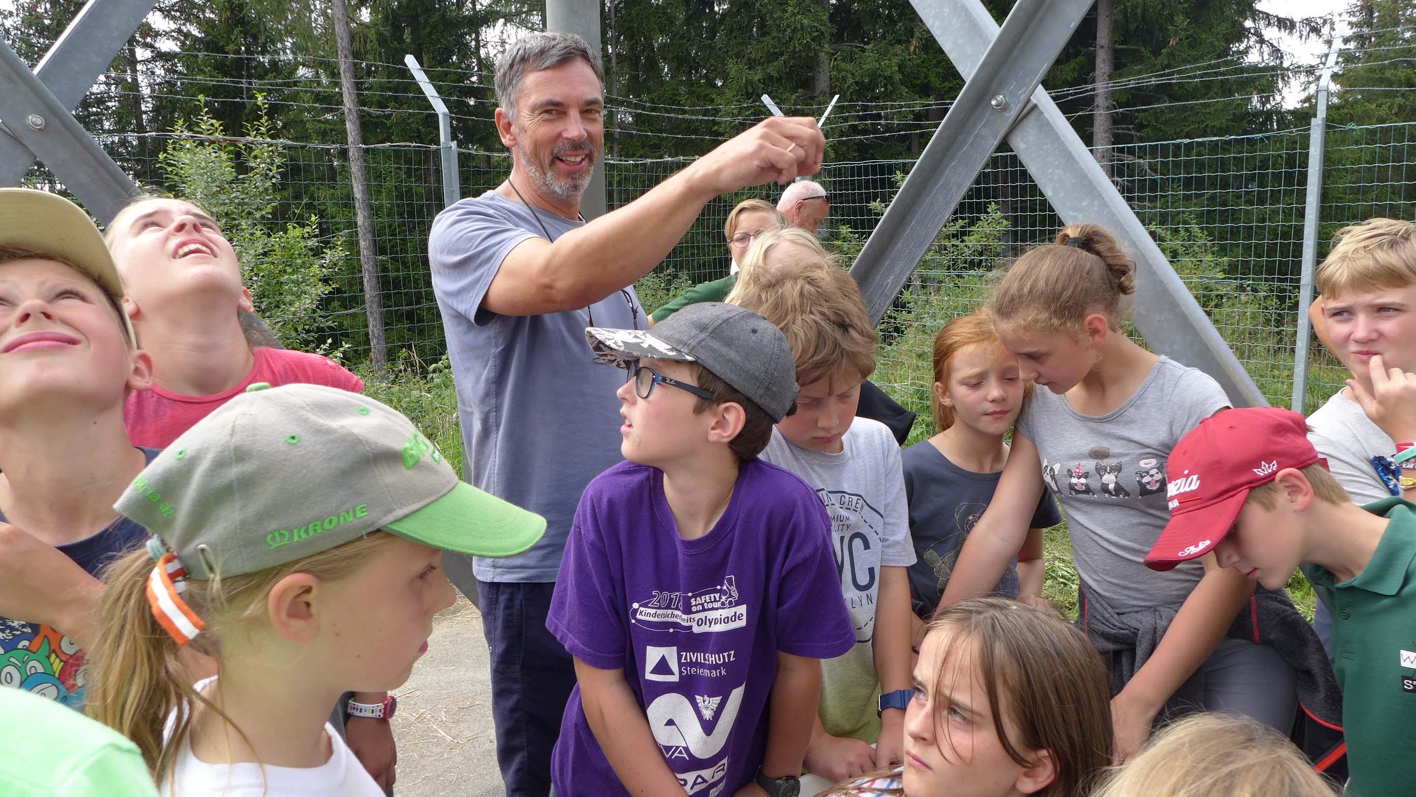 Ing. Martin Liska erklärt den Kindern die Aufgaben des Technikers