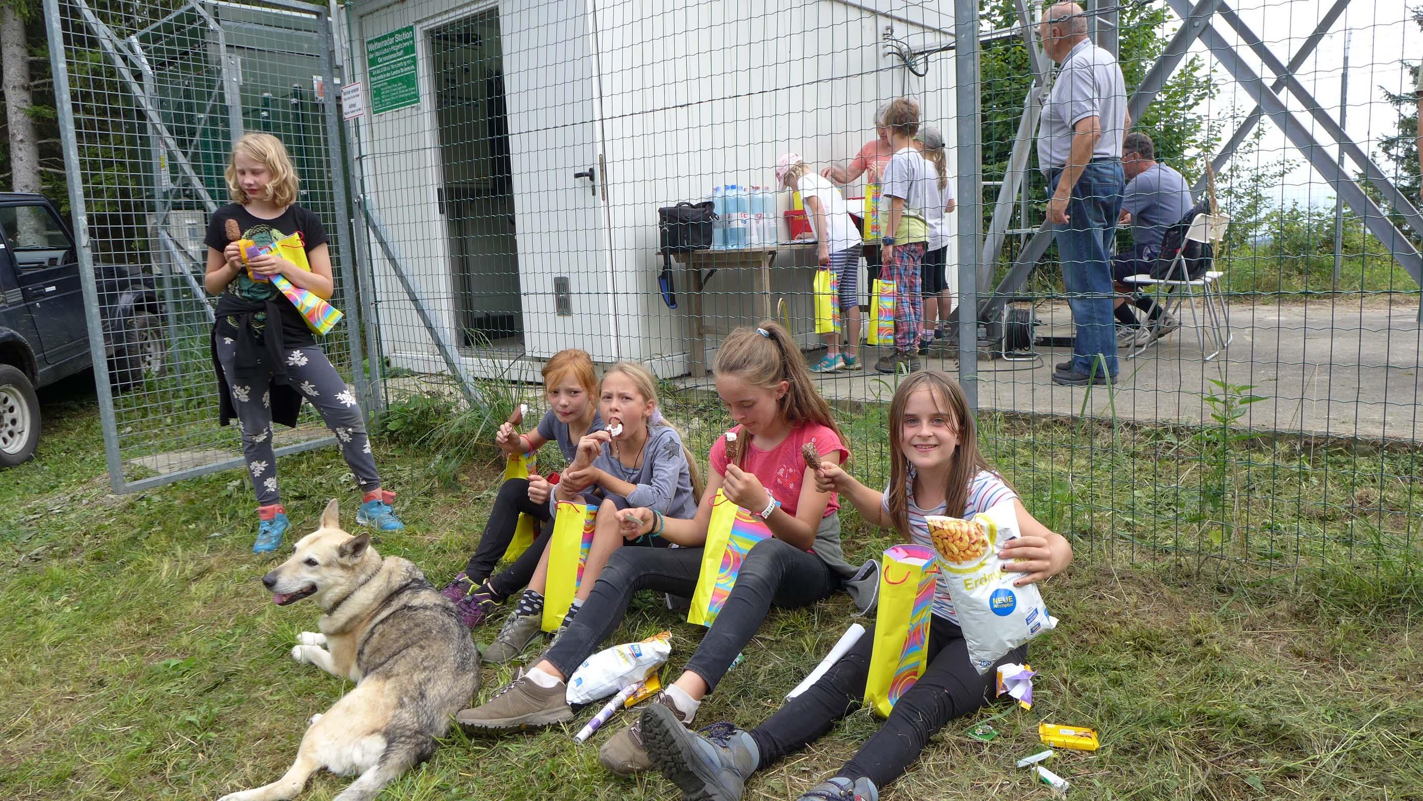 Die Kinder werden von Veronika Kirchweger mit Eis und anderen Köstlichkeiten verwöhnt!