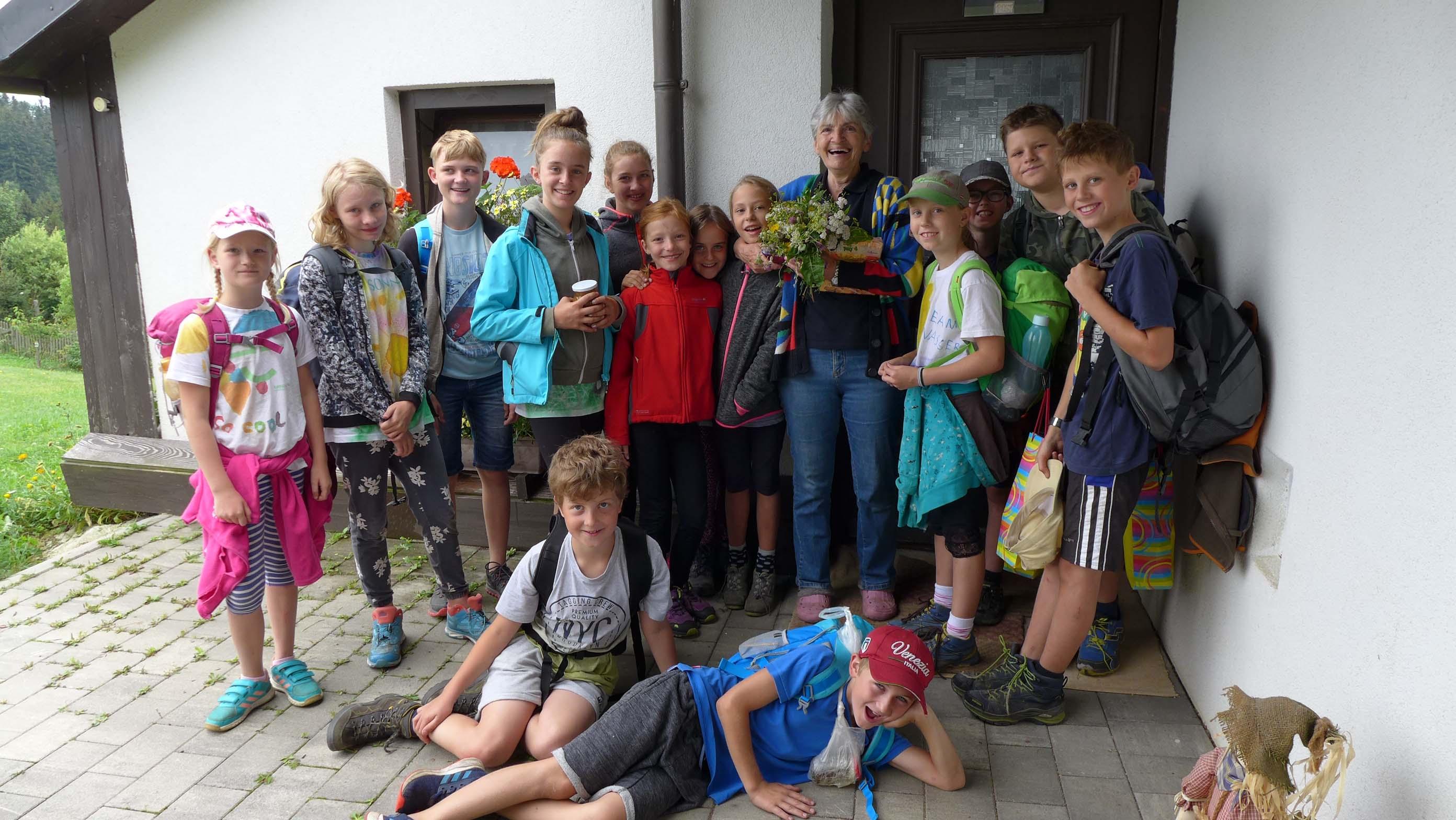 Am Morgen brachte jedes Kind Frau Veronika Kirchweger einen selbst gepflückten Wiesenblumenstrauß als DANKESCHÖN!